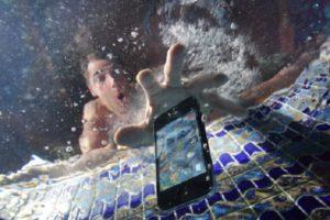 Упал в воду iPhone 8